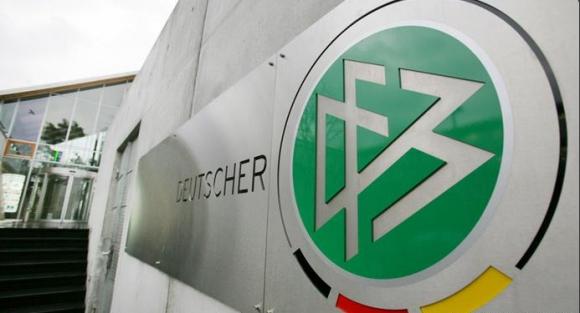 """Изтрит файл """"FIFA 2000"""" спасява Германия засега"""