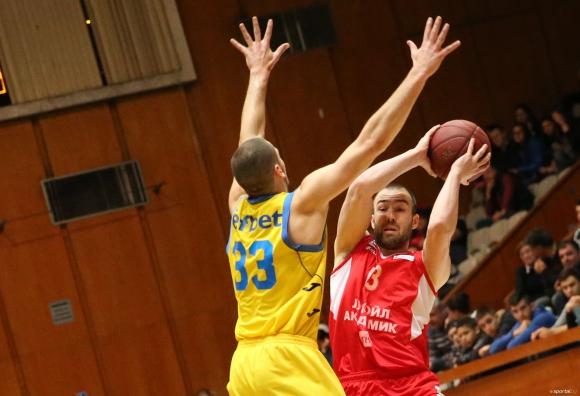 Съдийската комисия на федерацията по баскетбол спря правата на двама рефери