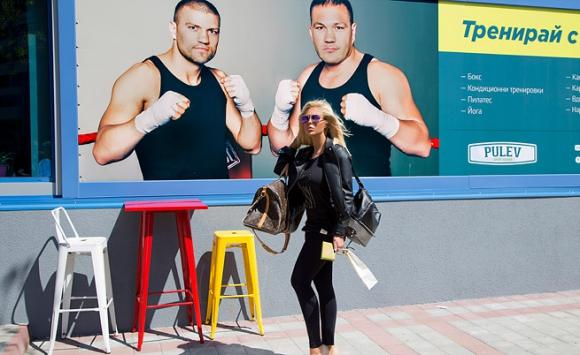 Андреа и непознат младеж се налагат здраво с юмруци на ринга(снимки)
