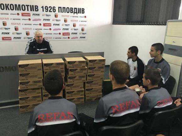Христо Бонев награди героите на Локо Пд с по един кашон кроасани