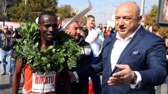 Министър Кралев връчи лавровия венец на победителя от Маратона на София
