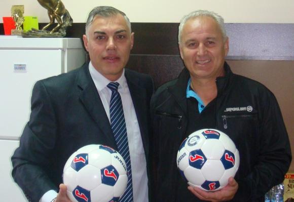 Бончо Генчев и Краси Манолов подариха футболни топки на Локомотив Дряново