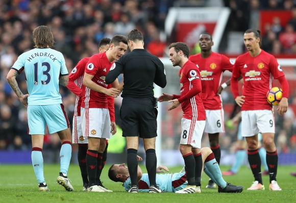 Тотална доминация на Ман Юнайтед не доведе до гол, червени картони за Моуриньо и Ерера (видео)
