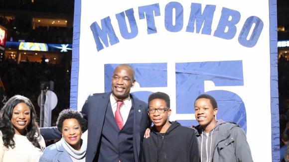 Денвър отдаде заслужена чест на Мутомбо (видео)
