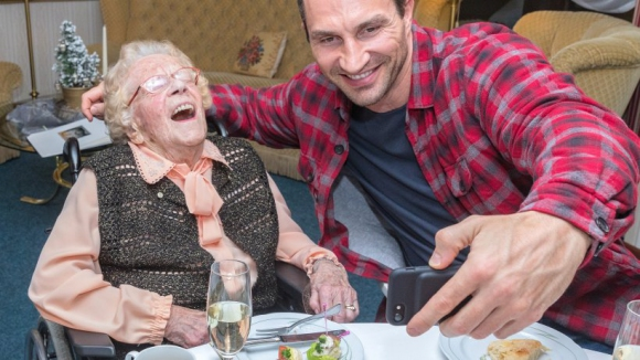 Кличко зарадва 110-годишна фенка