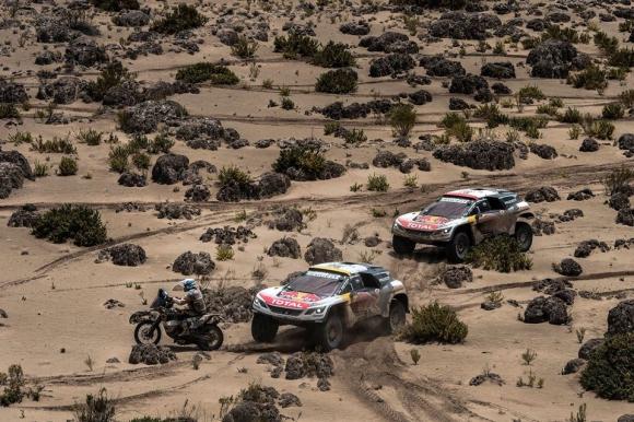 Денят за почивка на Дакар завари пилотите на Peugeot на челните места