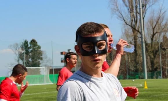 Бит футболист на ЦСКА 1948 тренира с маска