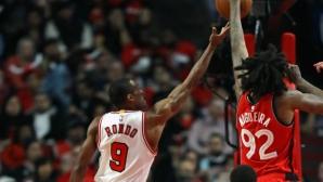 Юмруци и край на черната серия за Торонто срещу Чикаго (видео)