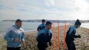 Тежки физически натоварвания на плажа за играчите на Созопол