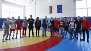"""Спортният министър изгледа тренировката на националите по свободна борба за """"Дан Колов"""""""