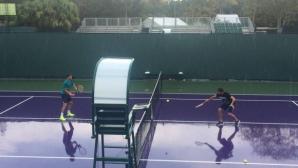 Григор Димитров тренира под дъжда в Маями