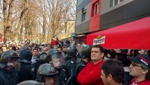 """Беше ли осигурила полицията достъп на """"Армията""""? (снимка)"""