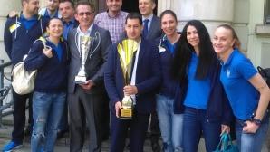 Волейболните шампионки от Марица представиха спечелените купи на кмета на Пловдив