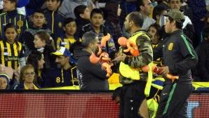 Прекъсват дерби в Аржентина, феновете хвърлят кукли по терена