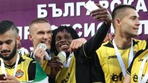 """Невиждана еуфория в """"жълто-черно""""! Посрещнаха като герои футболистите на Ботев в Пловдив (видео)"""