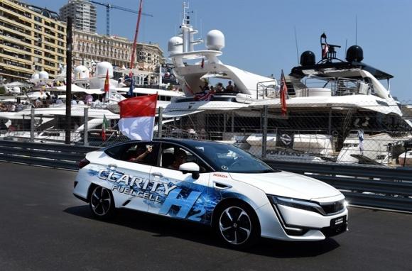 Принц Албер II кара Honda Clarity Fuel Cell по трасето на Гран При на Монако