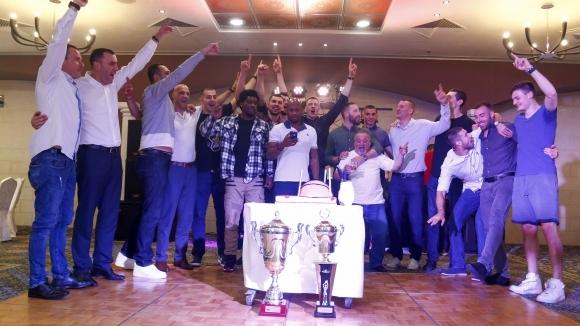 Шампионите изпратиха сезона с подобаващ купон (видео)