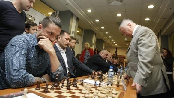 Кобрата извъртя реми със световния шампион по шахмат Анатоли Карпов  (видео + галерия)