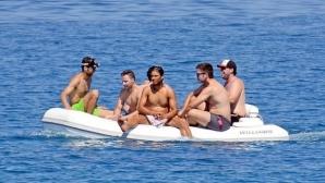 Рафа се забавлява с приятели на яхта