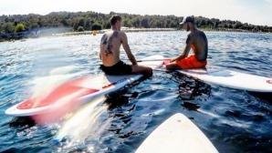 Горещо лято! Пенчев и Пенчев събират погледи на плажа (видео + снимки)