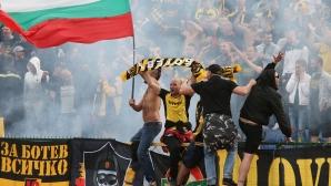 Фенове на Ботев блокираха пътя Куманово-Крива паланка