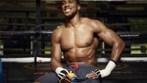 Американски боксьор се чуди какъв коктейл пие Джошуа