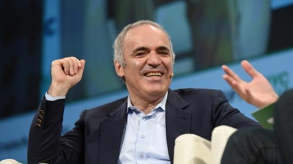 Каспаров с първа победа след завръщането си