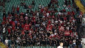 Феновете на ЦСКА спорят къде е имало повече публика - в Първа или Трета лига (снимки)