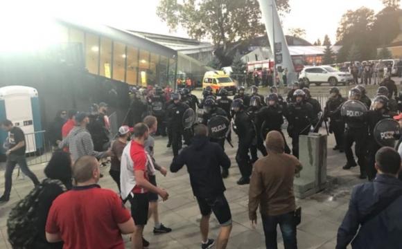 Фенове на Спартак (М) се биха с полицията в Марибор (видео)