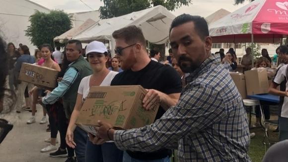 Канело Алварес дари 1 милион и лично разтовари помощи за жертвите в Мексико