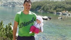 Владо Николов заведе 5-месечната си дъщеря Дария на поход (снимки)