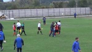 Грозно: Биха футболисти и съдии след победа на Рилски спортист в Сливница (видео)