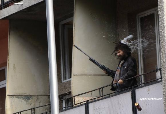 Прибраха в психиатрия мъжа с пушката, провокирал феновете на Левски (видео)