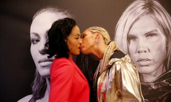 Боксьорка изненада съперничката си с... целувка (видео + снимки)