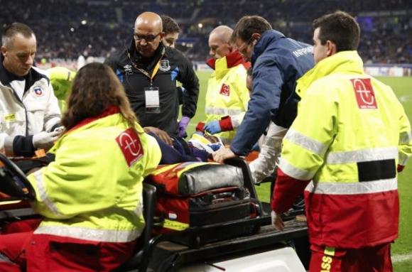 Пострадалият играч на Евертън ще нощува в болницата (видео)