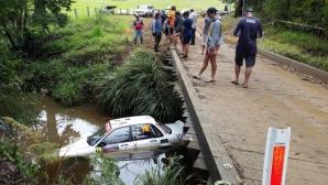 Кола се озова в реката след странна катастрофа на рали Австралия