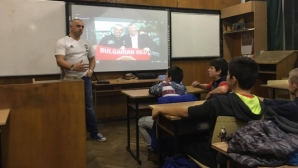 Скандално: БГ училище учи децата как да се кланят на английски клуб, а не да подкрепят родни отбори