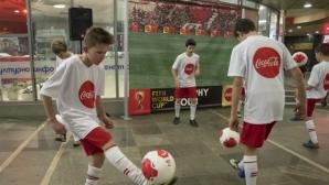 Млади футболисти изненадаха приятно софиянци по случай посрещането на световната купа