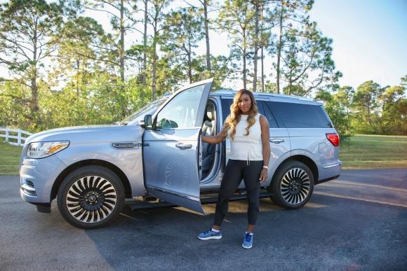 Серина подкара мощен Lincoln и разказа за първата си кола (видео)