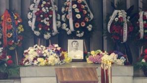 Стотици изпратиха Павел Панов, легенди на ЦСКА дойдоха да се поклонят пред големия футболист на Левски (видео)