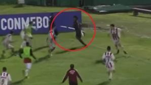 "Невероятно! Футболист размаха ""копие"" по време на мач (видео)"