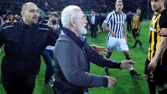 ФИФА заплаши с изключване Гърция заради хулиганските изцекпи