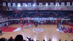 Прекъснаха баскетболно дерби в Македония заради инциденти с феновете