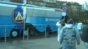 Маскирани с качулки потрошиха автобус с фенове на Левски (снимки)