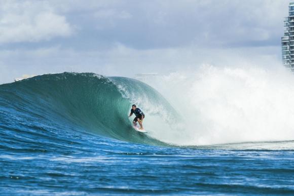 Джулиан Уилсън спечели първия кръг от световната сърф лига