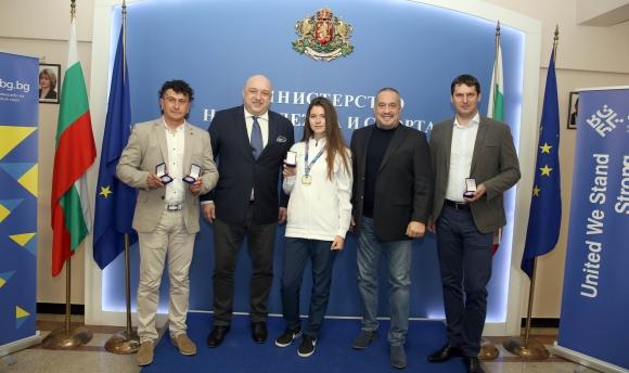 Министър Кралев награди с почетни медали шампионките от Европейското отборно първенство по таекуондо WT