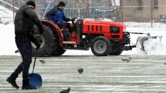 Шеф на БФС хвана лопатата, за да чисти терени в Бургас