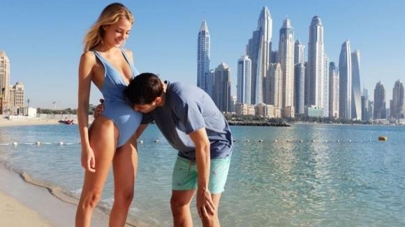 Мората и бременната му съпруга отмарят в Дубай (снимки)