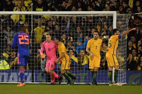 Австралия удържа Колумбия в Лондон, дебютант спаси дузпа