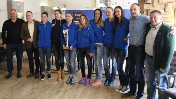 Фенове, медии, спонсори и състезателки на Марица заедно с шампионския трофей
